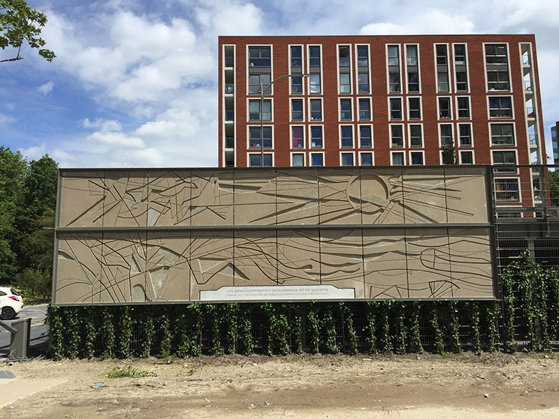Herplaatste betonreliefs Clusius Leiden